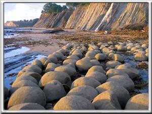 البولينغ bowling-ball-beach.j